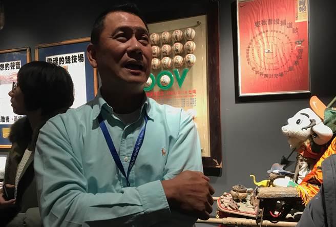 「金臂人」黃平洋參觀中職30週年特展。(鍾亞芳攝)