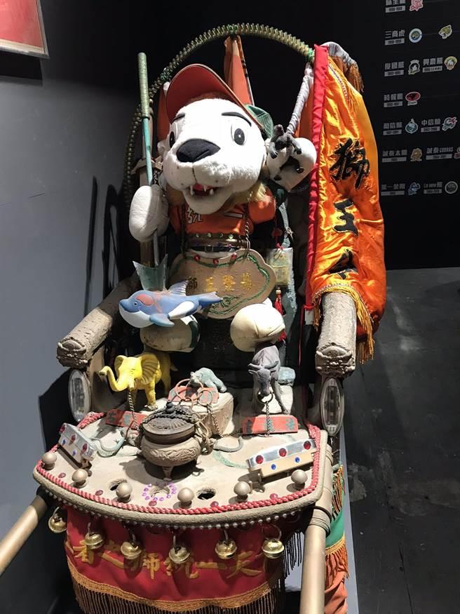 獅王「萊恩」的腳邊代表各隊吉祥物的動物。(鍾亞芳攝)