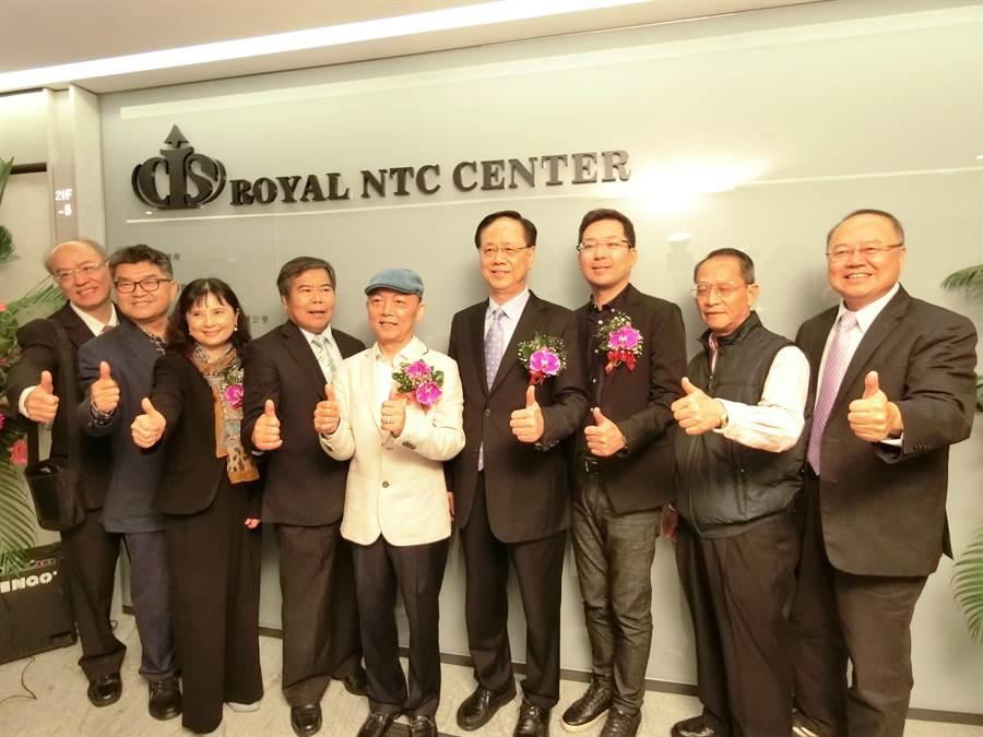 皇家NTC商務中心董事長王崑霖(左五)與台中市議員及上百名賓客一起為「皇家NTC商務中心」揭牌啟用。(盧金足攝)