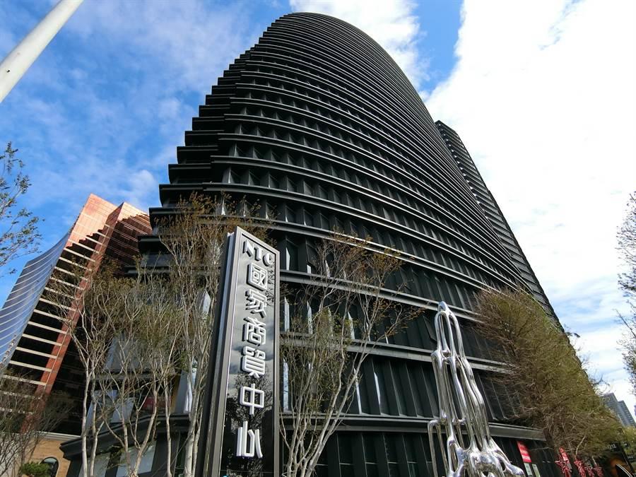 「皇家NTC商務中心」進駐造型像帆船的NTC國家商貿大樓,以共享辦公室方式助年輕者人創業之路一帆風順。(盧金足攝)