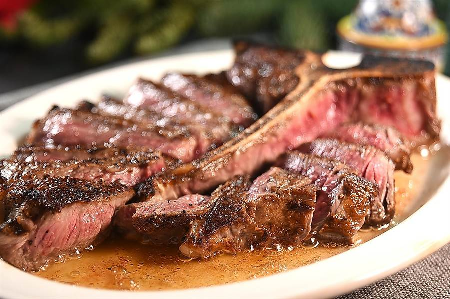 西華飯店TOSCANA餐廳用美國懷俄明州Murraymere慕瑞玫爾農莊穀含牛烤製的〈丁骨牛排〉,肉質超柔嫩且隱隱帶著多層次香氣。(圖/姚舜)
