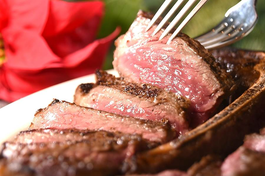 美國懷俄明州Murraymere慕瑞玫爾農莊穀牛,先油煎再爐烤烤出的紐約客部位牛排,肉色粉嫩、口感柔軟。(圖/姚舜)