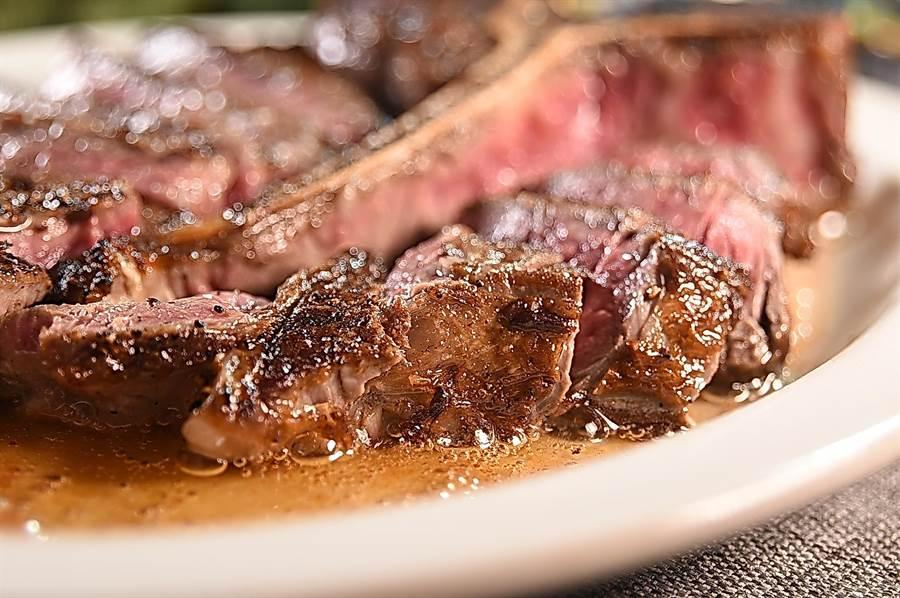 油脂是香氣來源,TOSCANA主廚徐正育將牛油淋在牛肉上一起爐烤,出爐時盤底熱油冒泡噴香。(圖/姚舜)