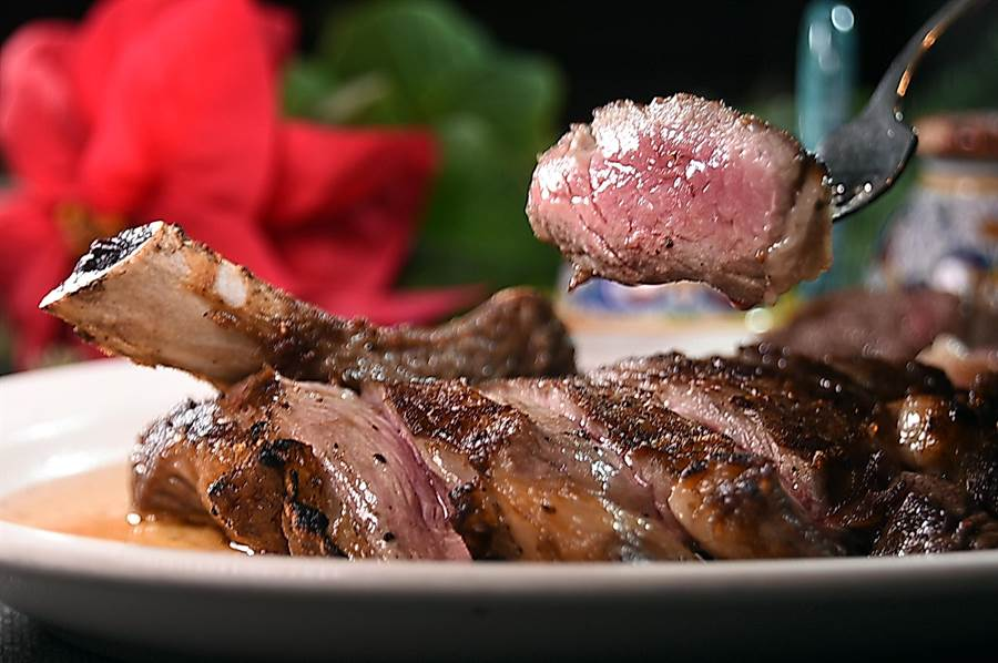濕式熟成牛排較乾式熟成牛排更Juicy,且口感柔嫩。(圖/姚舜)