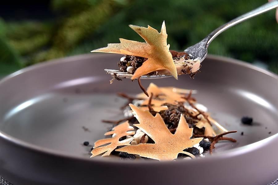 TOSCANA餐廳「松露宴」菜色之一〈鴨肝/黑松露/干貝/山蘿蔔〉,呈現秋冬意象,且盤中「落葉」、「石頭」全都可食。(圖/姚舜)