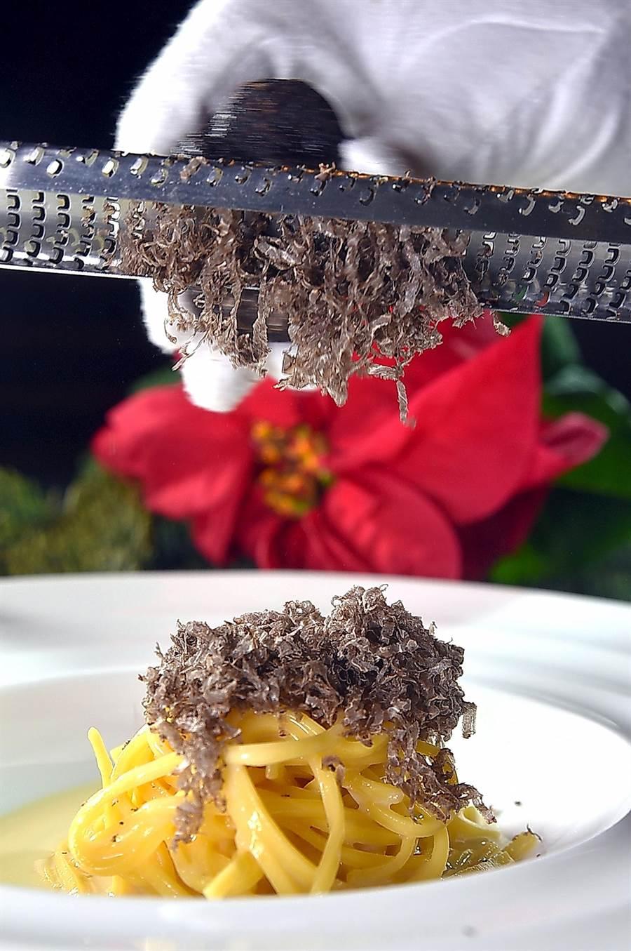 現刨黑松露的〈手工義大利麵〉麵條是TOSCANA廚房手工自製,彈Q口感讓人驚艷,在松露與帕瑪森起司提香下,好吃度破表。(圖/姚舜)