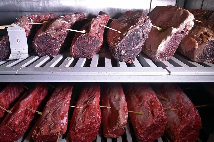 西華TOSCANA廚房內的牛肉熟成室中,存放著乾式熟成與濕式熟成的牛肉。(圖/姚舜)