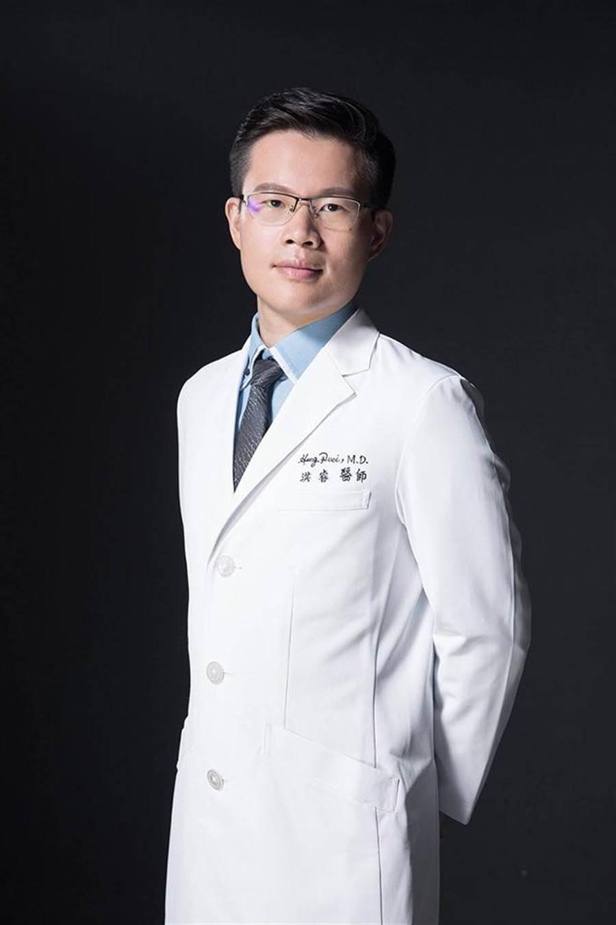 淨妍醫美集團洪睿醫師呼籲治療頸紋前須先理解其成因為何。(圖/玻尿酸醫學研討會提供)