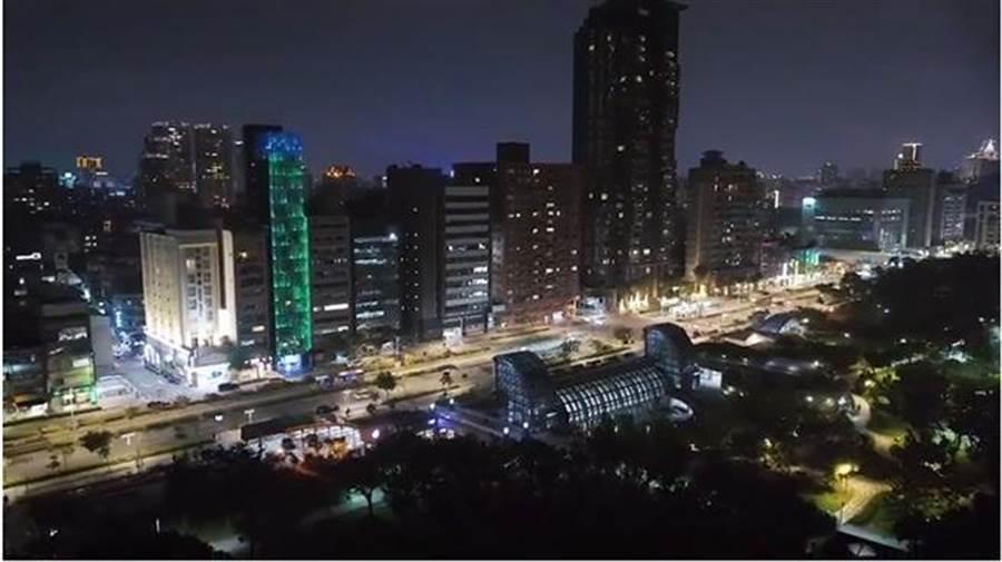「水樹之間」的玻璃瀑布景觀顛覆台北街景。(圖/擷取自youtube)