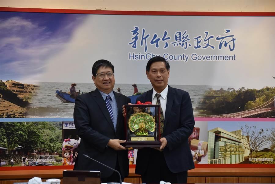 新竹縣長楊文科(左)歡送退休的祕書長蔡榮光(右)。(莊旻靜攝)