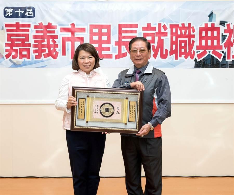 嘉義市安寮里長呂文雄(右)日前獲市長黃敏惠頒發當選證書。(廖素慧翻攝)