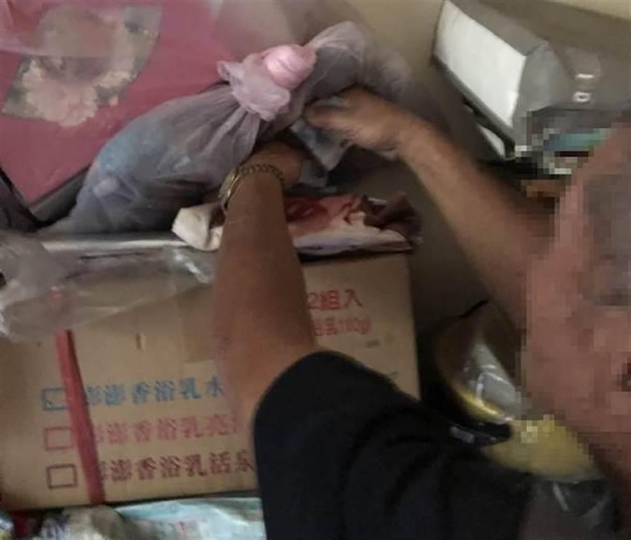彰化檢警調查獲永靖鄉陳姓女鄉代候選人涉嫌賄選,在其住處雜物堆中找到用來買票的4萬元多元現金賄款。(資料照,謝瓊雲翻攝)