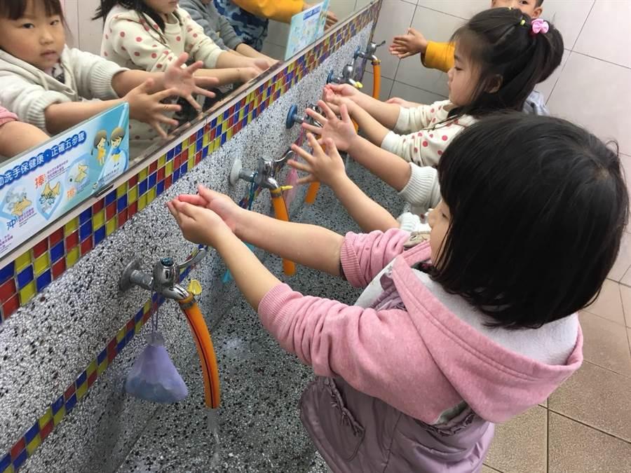 腸病毒傳播風險高,不論大人小孩務必落實正確洗手步驟。(報系資料照/蔡依珍攝)