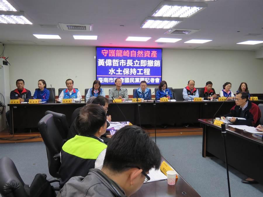 國民黨台南市議會黨團10位議員與看守台灣協會理事長黃煥彰(左五)一起要求黃偉哲撤銷龍崎掩埋場水保開發案。(程炳璋攝)