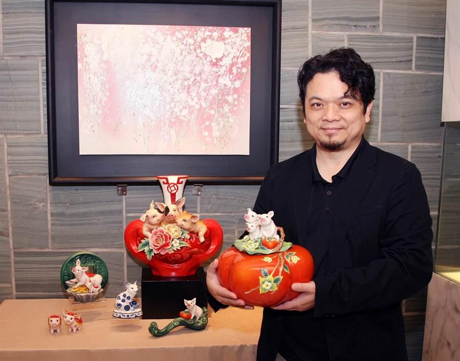 法藍瓷設計總監李光裕手拿豬年生肖作品吉事圓滿豬有蓋盒,2萬6300元。(法藍瓷提供)