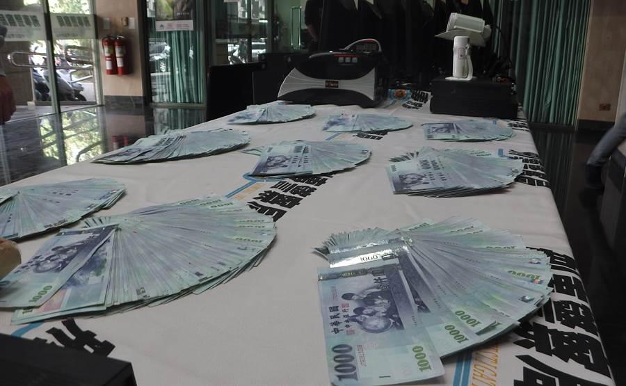中部打擊犯罪中心第五隊破獲以張姓男子為首的網路簽賭站,查獲156萬9600元賭金。(黃國峰翻攝)