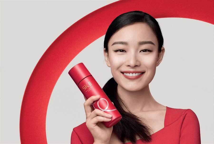 新生代女星倪妮拍攝SK-II青春露新年限量版「小豬瓶」形象照。(SK-II提供)