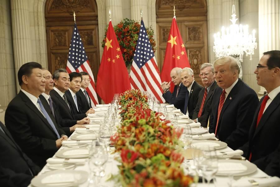 中國傳出消息稱已準備制訂《外國企業投資法》並加強保護智慧財產權措施,使得1月初雙方在北京舉行的貿易談判充滿樂觀氣氛。圖為中美元首在布宜諾斯艾利斯舉行的高峰會談。(圖/美聯社)