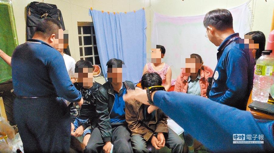 移民署嘉義縣專勤隊26日查獲32歲女性(右二,穿粉紅外套)越南脫團旅客。(曹明正翻攝)