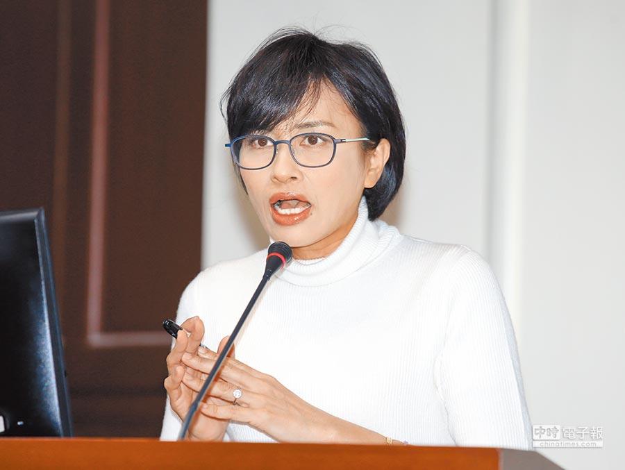 立委邱議瑩27日在質詢中質疑有陸客攜帶9公斤的肉品來台,根本就是生化攻擊。(本報系記者姚志平攝)