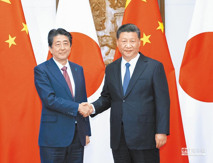 10月26日,大陸國家主席習近平(右)在北京會見日本首相安倍晉三(左)。(新華社)