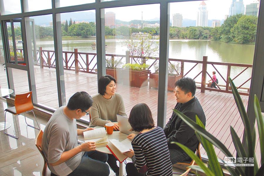 四個在永輝超市工作的台北年輕人,閒暇時在公司談天。(記者李鋅銅攝)