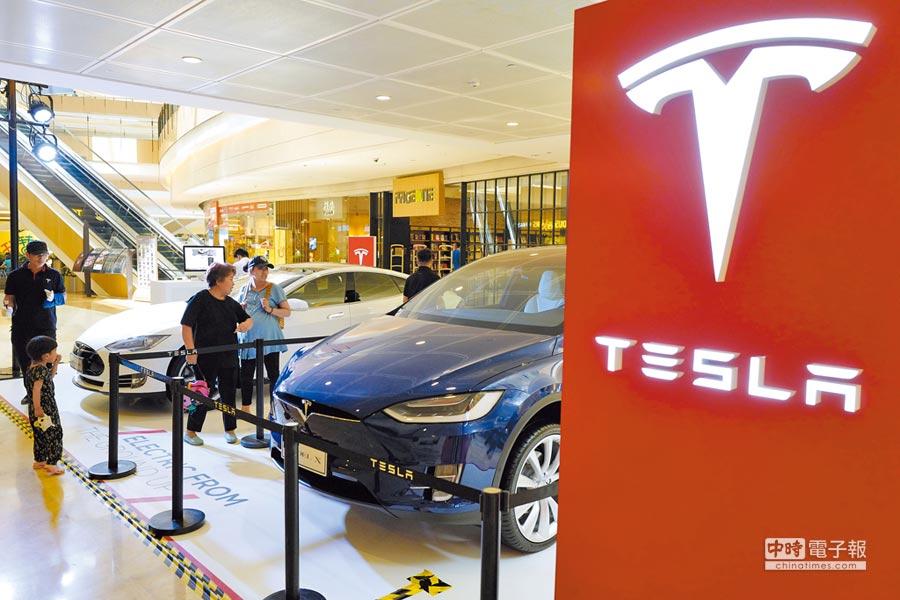 特斯拉在華獨資工廠落戶上海。圖為北京一處購物中心展示特斯拉車款。(中新社資料照片)