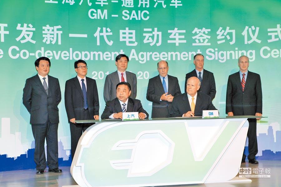 2011年9月20日在上海,上海汽車與通用汽車舉行簽約儀式,聯合開發新一代電動車。(CFP)