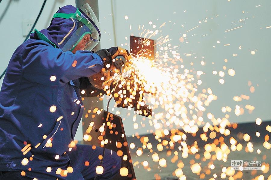 大陸11月工業企業利潤年增率衰退1.8%,3年來首次負成長。圖為工人進行鋼筋焊接。(新華社資料照片)