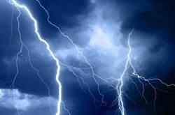 影》驚!轟然巨響  F -18穿越雲層遭雷劈