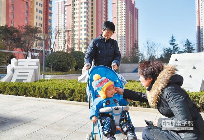 台商等外籍個人的住房補貼免稅將從2022年起取消。圖為山東濟南市一處公租房居民在小區廣場聊天。(新華社資料照片)