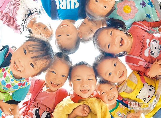 大陸台商的子女教育費補貼,將從2022年取消。圖為廣西都安瑤族自治縣隆福鄉漁洞小學學生在課間玩遊戲。(新華社資料照片)