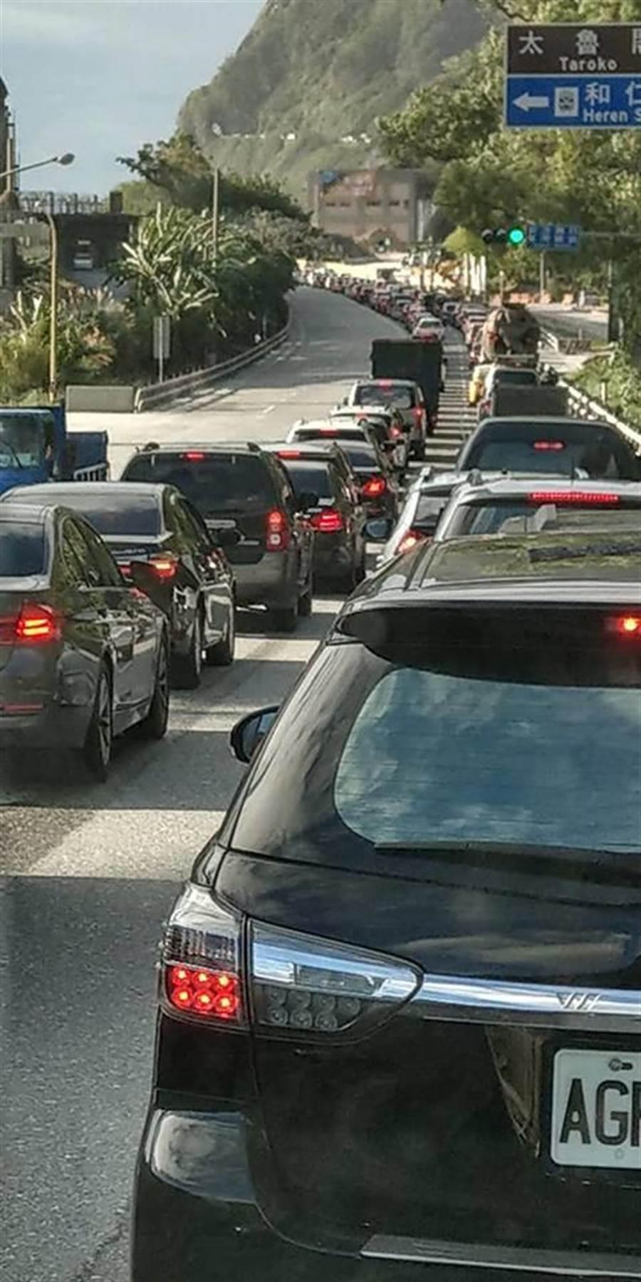 蘇花公路南下回堵車輛。(翻攝自花蓮同鄉會)
