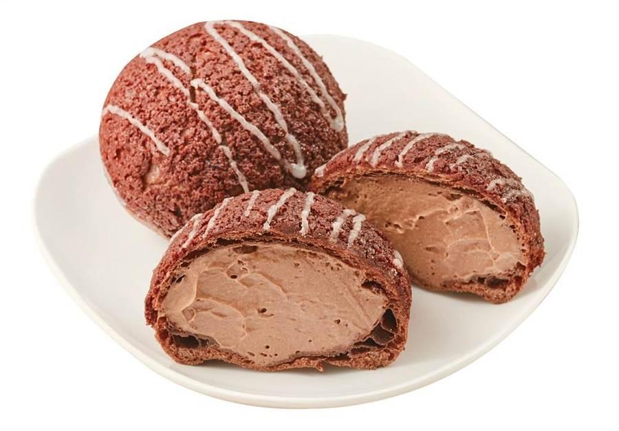全聯We Sweet x Hershey's醇黑巧克力菠蘿泡芙,裡外皆有Hershey's巧克力獨特的苦甜韻味,外酥內軟、滑順不甜膩,27日起推出,2入/80g/盒,45元。(全聯提供)