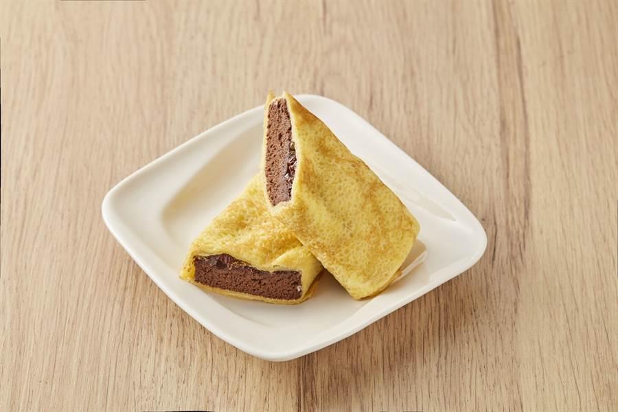 全聯We Sweet x Hershey's經典巧克力可麗餅,引進日本機台,嚴選日本配方研製的鮮嫩奶香的蛋餅皮,用鮮奶油包裹使用美國好時Hershey's巧克力製成的布朗尼,有多層次口感,明年1月4日起推出,65g/盒,45元。(全聯提供)