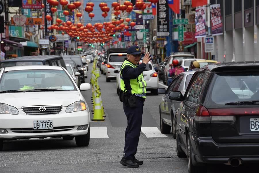連假首日花蓮市區湧進車潮,花蓮警分局中午起加強警力交管。(花蓮警分局提供)