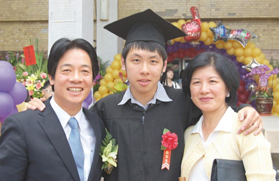 賴清德夫婦2011年出席長子賴廷與成大畢業典禮。(資料照)