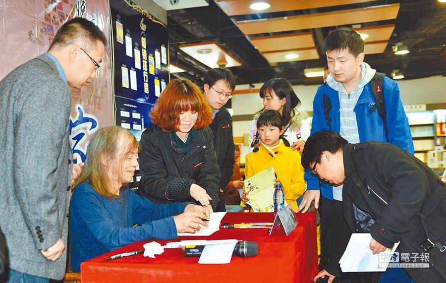 2014年3月22日,台灣漫畫家蔡志忠(左二)在杭州舉辦新作簽售會。(新華社)