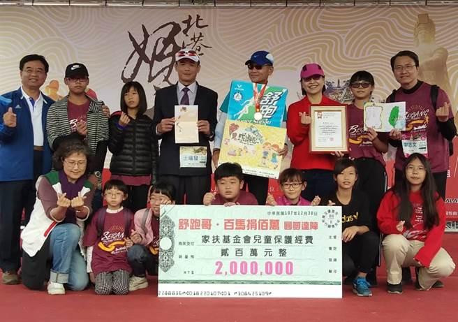 「舒跑哥」詹益榮(後右四)參加北港媽祖盃馬拉松,募款捐助總金額已突破200萬元。(張朝欣攝)