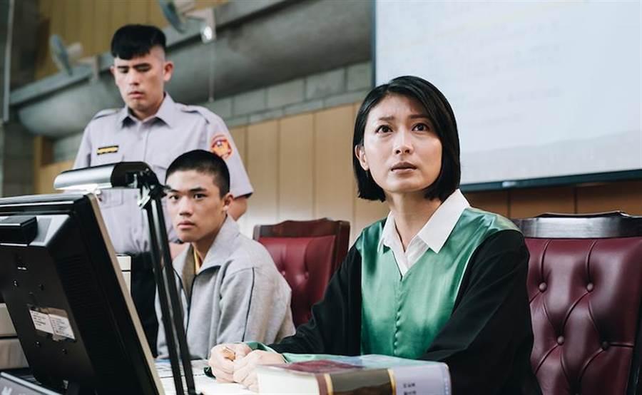 柯奂如(右)在公视新创电影《无法辩护》饰演公设律师。(公视提供)