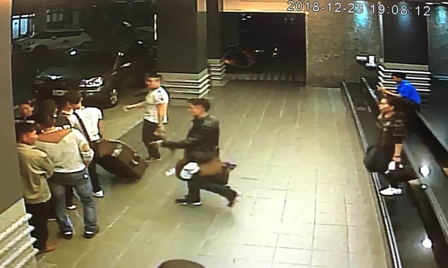 交通部觀光局證實,4個大型越南旅行團共153人,分別在21日及23日入境高雄,卻在入住飯店後一小時,有152人脫逃失蹤。圖為越南團客走出飯店大門。(翻攝照片/中央社)