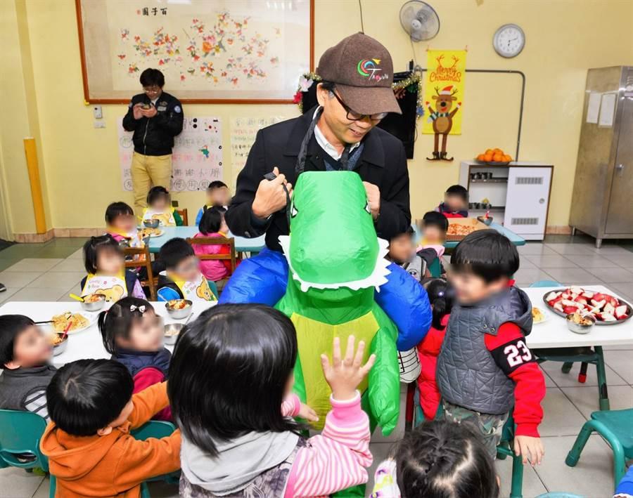 梁開忠科長穿上逗趣的「恐龍裝」,與孩童打成一片。(環保局提供)