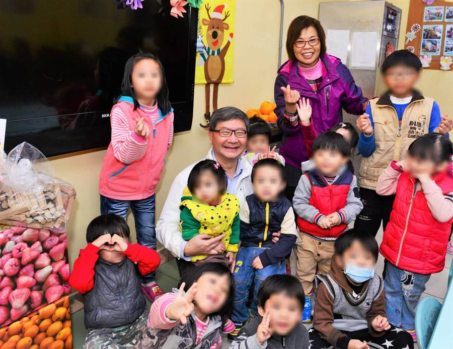 環保局長沈志修赴「桃園市育德兒童之家」,和小朋友同樂。(環保局提供)