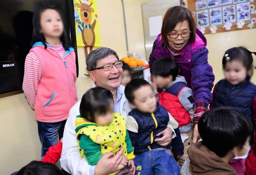 環保局長沈志修赴「桃園市育德兒童之家」,為社會獻上愛心。(環保局提供)