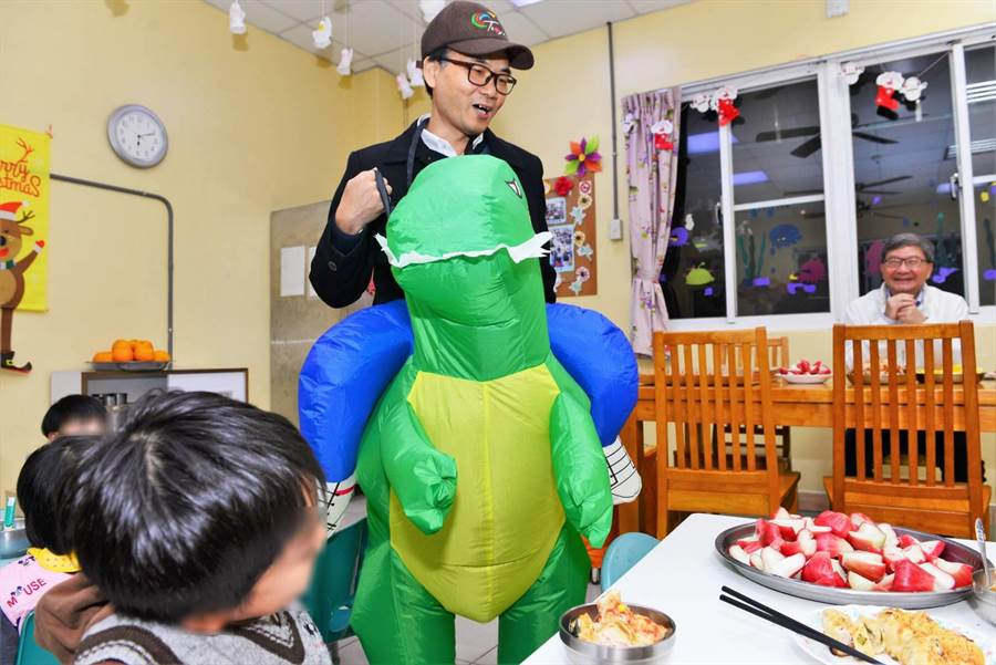 梁開忠科長穿上逗趣的「恐龍裝」,與孩童一起遊戲。(環保局提供)