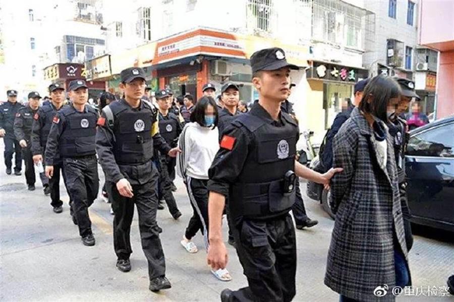 大陸警方近日破獲一以「處女」為賣點的賣淫集團,未料後發現,該集團沒有一個應召女是處女。(翻攝自微博@重慶檢察)