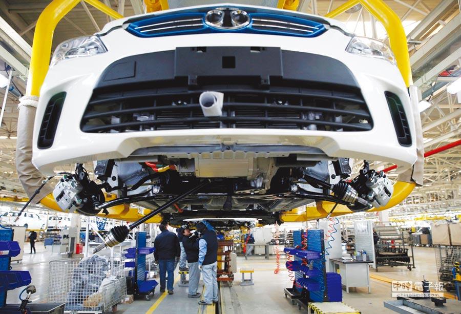 過度依賴他國都是車廠必須面臨的風險,許多一線大廠投入自建工廠。圖/路透