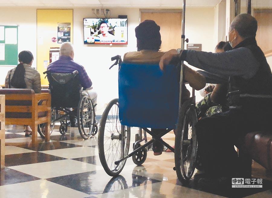 公共空間播放電視節目很常見,圖為醫院休息區內,民眾觀看新聞等節目打發時間。(姚志平攝)