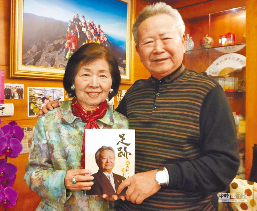 國民黨桃園市黨部主委楊敏盛(右)出版回憶錄,形容接手黨務工作是意外旅程。(楊宗灝翻攝)