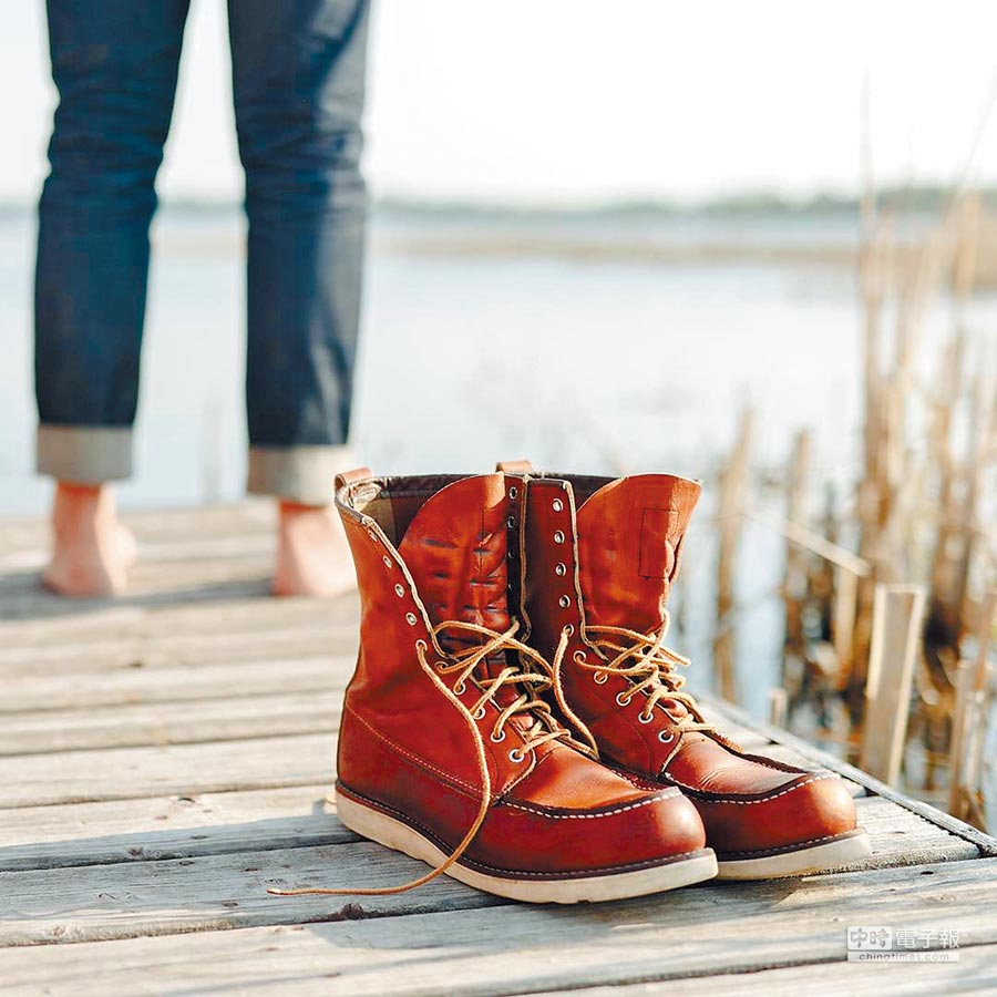 Red Wing Style no. 877備有楔形平底橡膠鞋底,除了具緩衝效果,且能降低腳步聲,提高狩獵成功率。廣受獵人及建築工人好評,後成為美式工作靴的經典代表。圖片提供各品牌